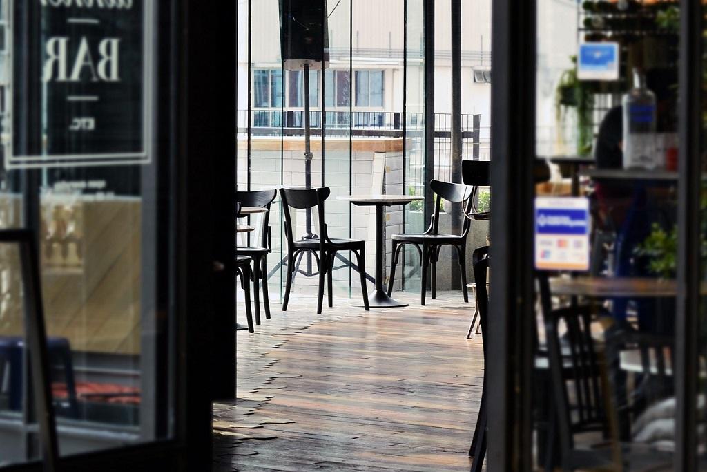 [eiberri.eus] ¿Cuántas personas pueden sentarse en una misma mesa en los bares?